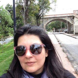 Rivera del río Tomebamba, atrás el puente roto